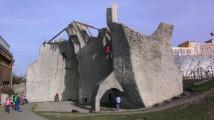Venkovní lezecká stěna Gutovka v jarním slunci