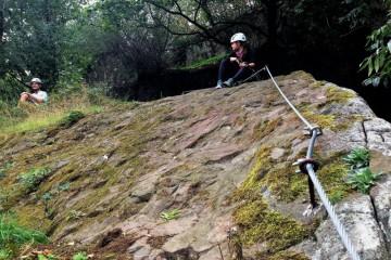 Ferrata na Slánské hoře: Kdo se bojí přeskoku, může průrvu přezadkovat!