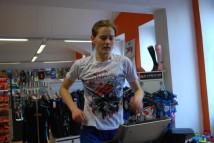 Indoor triatlon: Plavání proti proudu, kolo s výhledem na Alpy a běh mezi neopreny