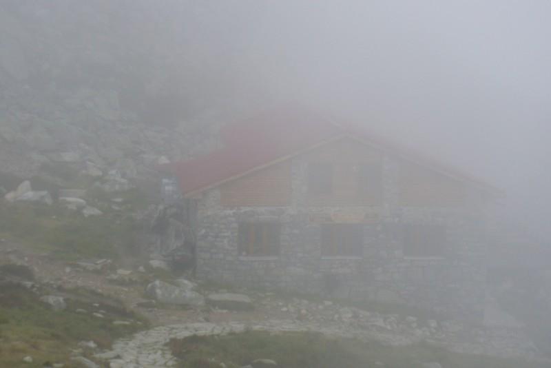 Za mlhou hustou, že by se dala krájet, je... Kamenná chata pod Chopkom...