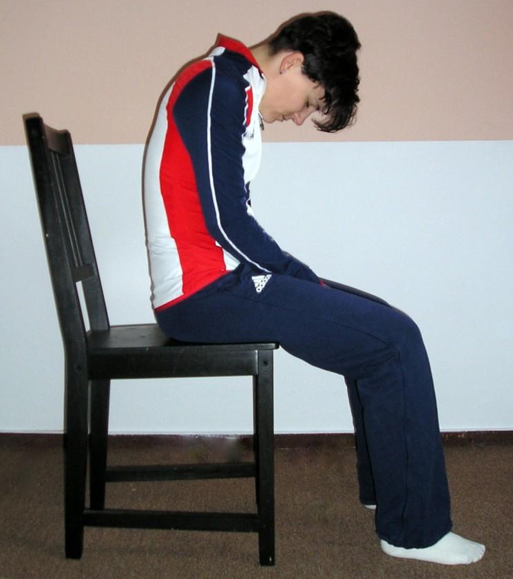 Poloha vsedě: Cvičenec zaujme polohu vsedě na židli.<br>Lýtka svírají se stehny pravý úhel, záda jsou vyhrbená,<br>hlava je volně spuštěná dolů, dopředu.<br>Zdroj: http://web.ftvs.cuni.cz/eknihy/attrenink/kdy.html