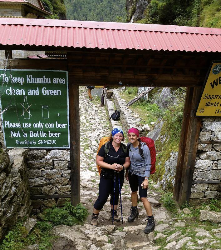 Já a moje kamarádka Jennie u vstupu do Národního parku<br>Sagarmatha, ve kterém leží Mt. Everest