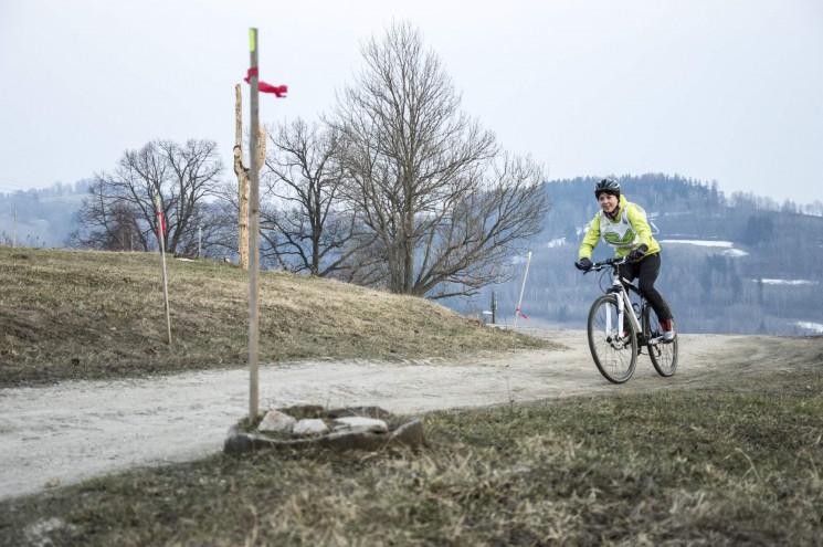 Lyžáky na kole se často nevidí