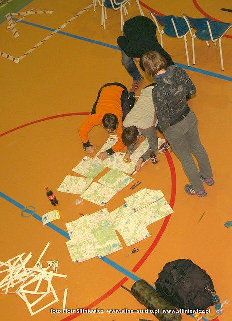 Estonský tým nad mapami