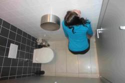 V záchodové kabince