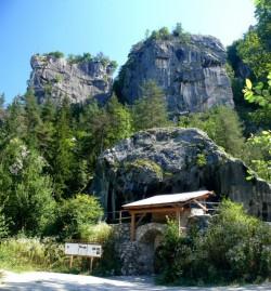 Přístup k Finkensteinu a pohled na část masivu kde se leze.