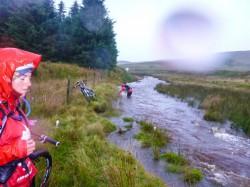 Wales: Marně jsem se snažil překonat vodu - sám a bez kola.<br>Museli jsme se dostat na druhou všichni čtyři<br>(včetně o dvě hlavy menší Kristýny), se čtyřma kolama
