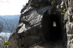 Stezka prochází tunely ve skále, Foto: Michal Tyl