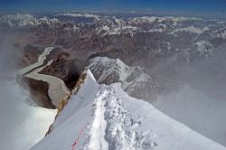 Na vrcholovém hřebenu 8035 m n. m., Gasherbrum II, Karakorum